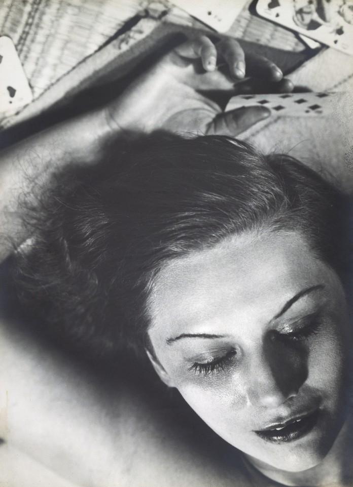 Femme-aux-cartes-1930-©-Florence-Henri--696x962